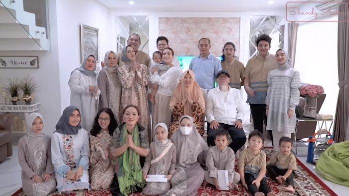 Keseruan Shandy Aulia Rayakan Idul Fitri Bersama Keluarganya, Makan Opor Ayam hingga Bagi-bagi THR
