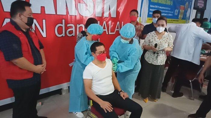 Dua Vaksinator Ini Mengaku Deg Degan Suntik Pemimpin Minahasa Utara Joune dan Kevin
