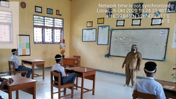 SMA Negeri 1 Lobbo Gelar KBM Pertama di Talaud di Masa Pandemi Covid-19 - situasi-mengajar-dalam-kelas.jpg