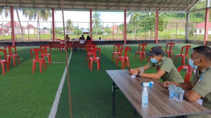 Situasi pendaftaran CPNS dan PPPK di lapangan futsal panango Desa Tabilaa, Bolsel, Sulut.
