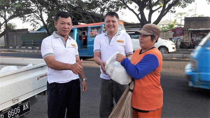 Bantu Penyapu Jalan dan Panti Asuhan, SMP Negeri 8 Manado Gelar Baksos