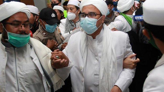 Habib Rizieq Shihab (HRS) (tengah) tiba di Terminal 3 Bandara Soekarno Hatta, Tangerang, Banten, Selasa (10/11/2020). HRS beserta keluarga kembali ke tanah air setelah berada di Arab Saudi selama tiga tahun.