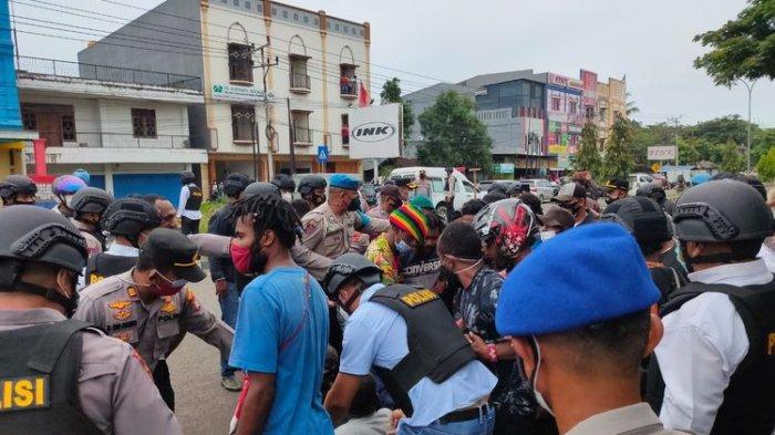 Sorong-Papua Ricuh, Aksi Massa Demo Tolak Otsus di Papua, Aparat Dihujani Batu