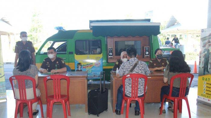 Kejaksaan Tinggi (Kejati) Sulut bekerja sama dengan PT Angkasa Pura I (Persero) melakukan sosialisasi program Penyuluhan dan Penerangan Hukum Mobile di Bandara Internasional Sam Ratulangi Manado, Jumat (18/06/2021).