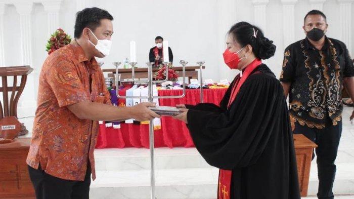 Steven Kandouw menghadiri ibadah peresmian jemaat dan pentahbisan gedung gereja GMIM Rut Suwaan Wilayah Kalawat II, Kabupaten Minahasa Utara, Minggu (12/9/2021).