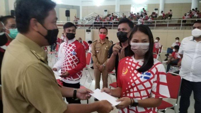 Steven Kandouw Serahkan Honor Atlet dan Pelatih Tim PON XX Papua