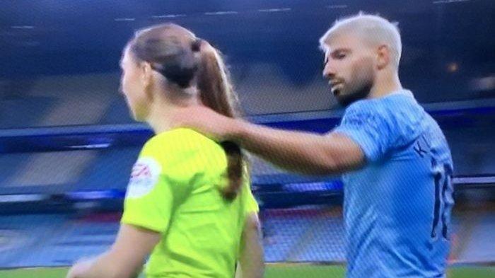 Sergio Aguero Terlibat Tuduhan Pelecehan, Rangkul Leher Hakim Garis Wanita di Laga Kontra Arsenal