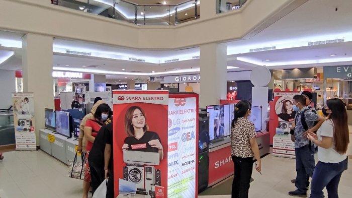 Suara Elektro dan Adira gelar pameran di Atrium Megamall Manado yang memberikan promo spesial seperti gratis angsuran pertama dan bunga ringan.