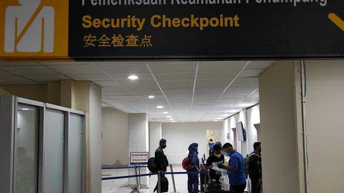 Suasana terminal keberangkatan Bandara Internasional Sam Ratulangi Manado H-3 jelang diberlakukannya larangan mudik, Senin (03/05/2021).