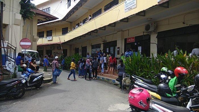 Manado Zona Merah Covid-19, Warga Menumpuk di Kantor Disdukcapil