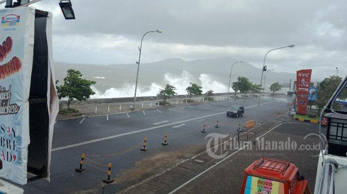 Pasca Gelombang Tinggi Sapu Permukaan Jalan di Kawasan Megamas, Warga Dilarang Duduk di Tepi Pantai