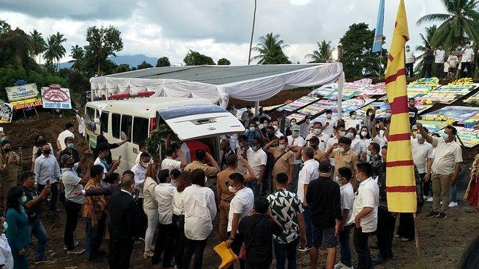 Suasana di perkuburan Koha, Jenazah Telly Tjanggulung dimakamkan