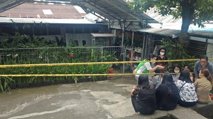 Suasana di sekitar rumah Frederica Maluaega (70) atau oma Nona. Nona ditemukan tewas di kamar rumah sekaligus tempat usahanya di Desa Sarongsong II, Kecamatan Airmadidi, Kabupaten Minut, Provinsi Sulut.