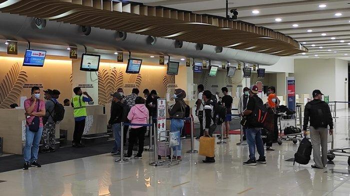 Suasana di terminal keberangkatan Bandara Internasional Sam Ratulangi Manado, Selasa (18/05/2021).