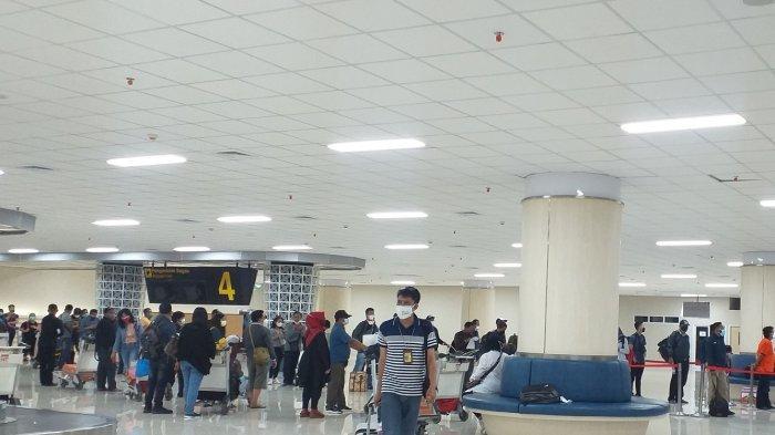 Suasana diruang tunggu kedatangan domestik Bandara Internasional Sam Ratulangi Manado, Sulawesi Utara, Kamis (15/7/2021).