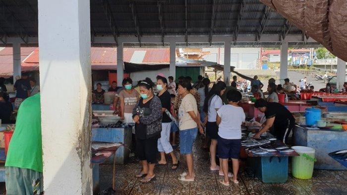 Suasana pasar tradisional di Kabupaten Sitaro pasca pembelakukan PPKM Mikro.