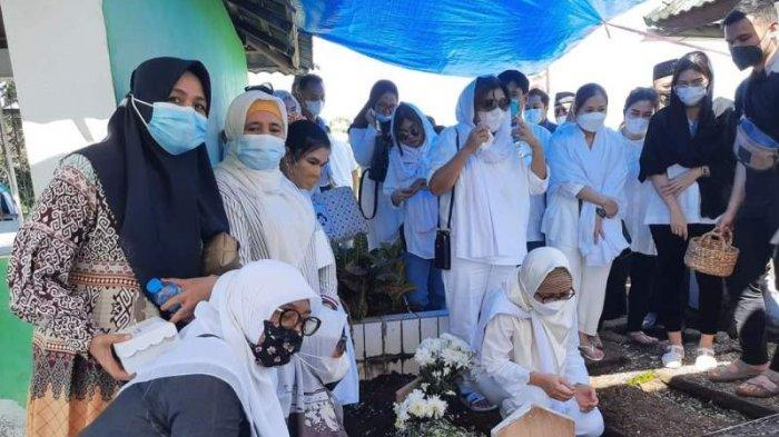 Suasana pemakaman Ayahanda Bupati Bolmong Yasti Soepredjo Mokoagow yakni Haji Sukardi Soepredjo.