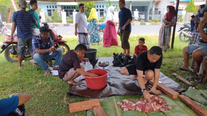 Suasana pembagian hewan <a href='https://manado.tribunnews.com/tag/kurban' title='kurban'>kurban</a> Desa Tolondadu, Kecamatan Bolaang Uki, Kabupaten Bolmong Selatan (Bolsel), Sulut, Rabu (21/7/2021).
