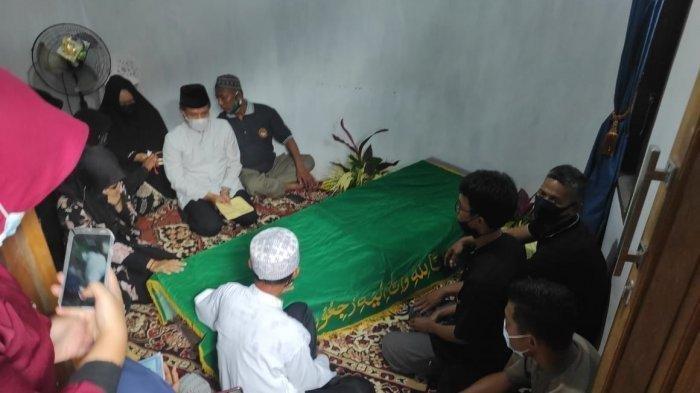 Suasana rumah duka saat sebelum pemakaman RR (32) pada Rabu (14/4/2021).