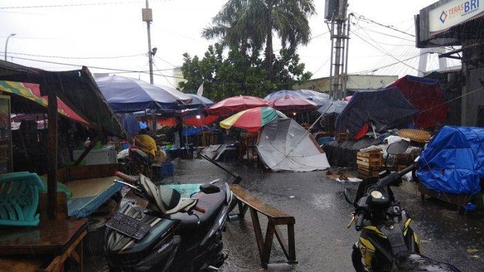 Suasana saat hujan deras melanda pasar bersehati Manado