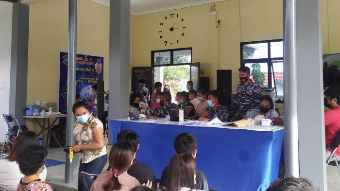 Suasana serbuah vaksinasi yang dilaksanakan Lanal Melonguane di Talaud.