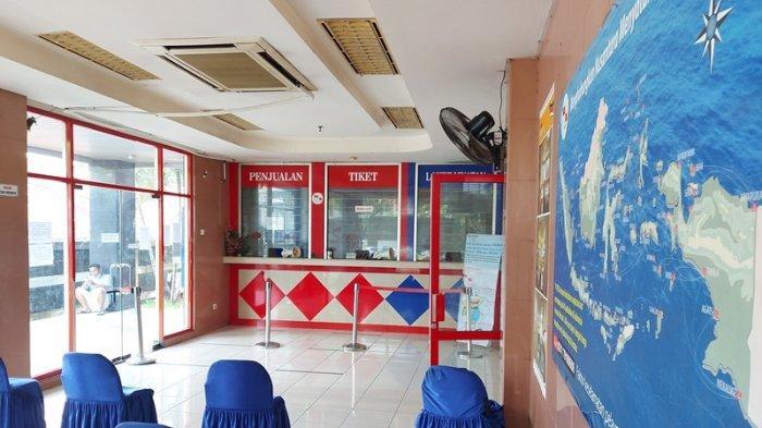 Suasana tempat penjualan tiket penumpang di kantor PT Pelni Cabang Bitung sepi dari penumpang.