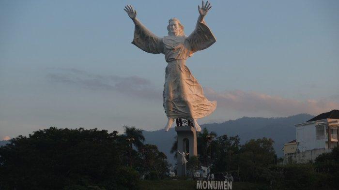 Suasana wisata religi di spot pengamatan Monumen Yesus Memberkati, Kota Manado, Sulawesi Utara, Selasa (12/10/2021).