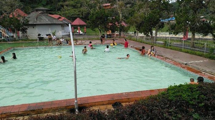 Berakhir Pekan di Sumaru Endo Nikmati Berenang di Kolam Air Panas