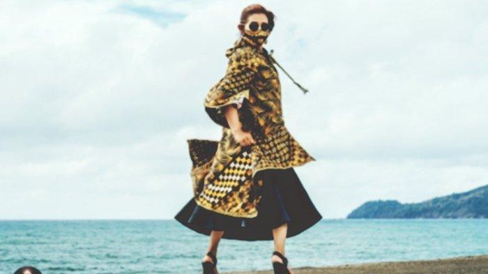 Susi Pudjiastuti didapuk menjadi model membawakan baju rancangan Anna Avantie.