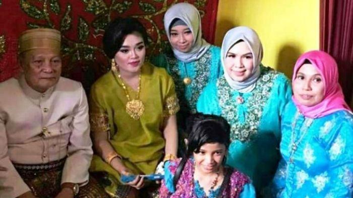 Tajuddin Kammisi (70) yang sempat menikahi Andi Fitria (25) pada tahun 2017 lalu, akhirnya resmi bercerai pada Senin (17/9/2018)
