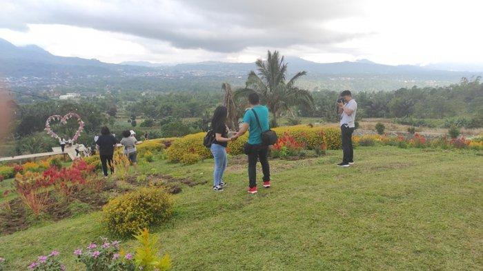 Taman wisata Pelangi di Kakaskasen, Tomohon, Sulut menawarkan keindahan pemandangan di kaki Gunung Lokon.