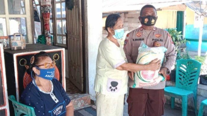 Polisi di Miangas Kabupaten Talaud Salurkan Beras Bantuan Presiden