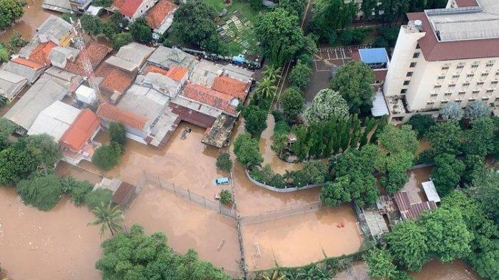 Tampilan <a href='https://manado.tribunnews.com/tag/banjir' title='banjir'>banjir</a> <a href='https://manado.tribunnews.com/tag/jakarta' title='Jakarta'>Jakarta</a> dari helikopter yang mengangkut Kepala BNPB Doni Monardo dan Gubernur DKI <a href='https://manado.tribunnews.com/tag/jakarta' title='Jakarta'>Jakarta</a> Anies Baswedan, saat mereka meninjau kondisi <a href='https://manado.tribunnews.com/tag/banjir' title='banjir'>banjir</a> terkini pada Rabu (1/1/2020).