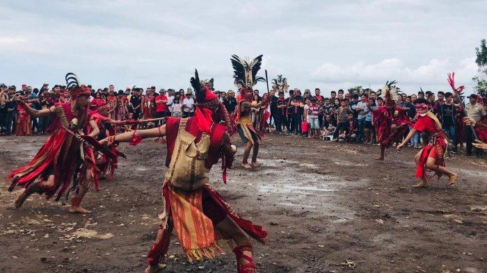 tarian-kabasaran-tampil-memukau-pada-festival-wanua-warembungan.jpg