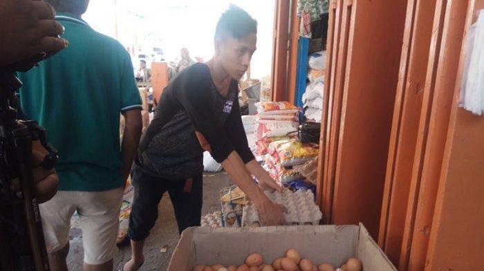 Harga Telur Ayam Naik di Pasar Ulu