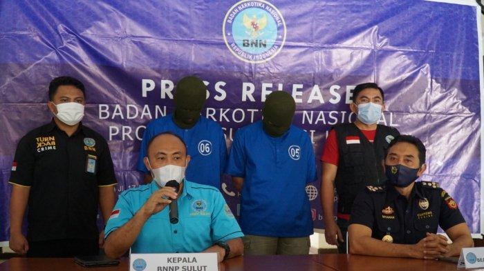 Kepala BNNP Sulut Brigjen Pol Victor J Lasut bersama Kabid Penindakan dan Penyidikan Kanwil Bea Cukai Sulbagtara, Setiawan, menunjukkan barang bukti tembakau gorilla dan tersangka, Kamis (22/04/2021).
