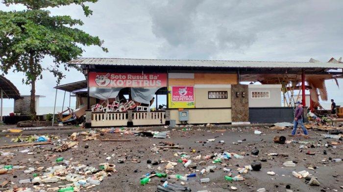 Nampak salah satu tempat kuliner di tepian pantai kasawan Megamas Manado yang porak-poranda lantaran hantaman banjir rob.