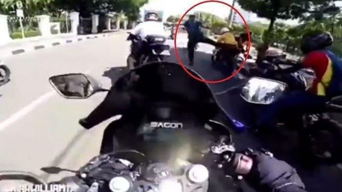 Foto : Bikers sunmori tiba-tiba ditendang aparat di dekat <a href='https://manado.tribunnews.com/tag/istana-negara' title='IstanaNegara'>IstanaNegara</a>