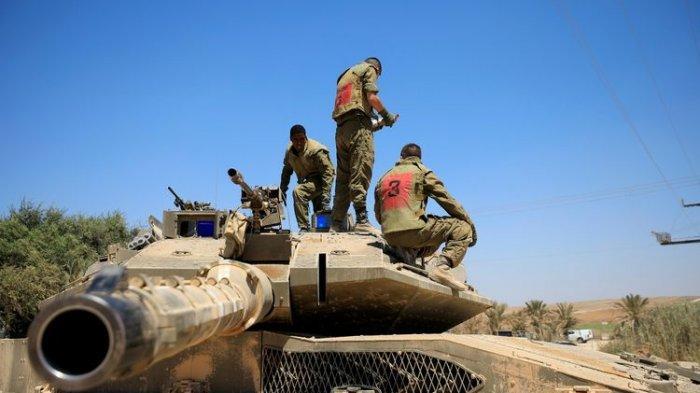 Para tentara Israel berdiri di atas tank, yang ditempatkan di dekat perbatasan antara Israel dengan Jalur Gaza, pada Minggu (16/8/2020).