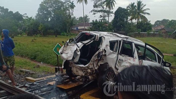 Kecelakaan Maut Tadi Malam, 2 Orang Tewas, Mobil Tertabrak Kereta Api saat Sedang Melintas