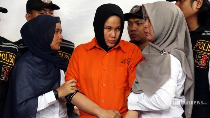 Tersangka kasus pembunuhan Hakim Pengadilan Negeri (PN) Medan, Zuraida Hanum (tengah) yang juga istri korban dihadirkan polisi ketika gelar kasus di Mapolda Sumatera Utara, Medan, Sumatera Utara, Rabu (8/1/2020). Polda Sumatera Utara menetapkan tiga tersangka atas kasus dugaan pembunuhan berencana seorang hakim PN Medan tersebut dan satu dari tiga tersangka itu merupakan istri korban yang menjadi otak pembunuhan dengan motif karena permasalahan rumah tangga.