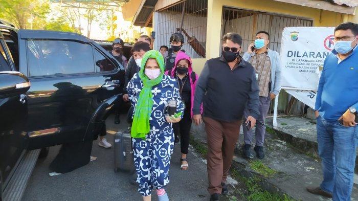 VAP Dijebloskan ke Sel Tahanan Polda, Pakai Baju dan Celana Biru, Tudungi Kepala Dengan Kain Hijau