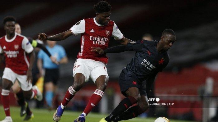 Gelandang Arsenal asal Ghana, Thomas Partey (kiri) menekan striker Slavia Praha, Senegal Abdallah Sima (kanan) selama pertandingan sepak bola leg pertama perempat final Liga Eropa UEFA antara Arsenal dan Slavia Praha di Emirates Stadium di London pada 8 April 2021.
