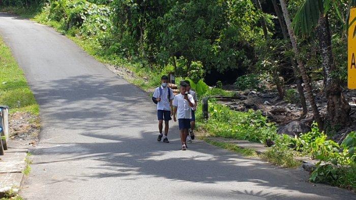 Tantangan Peserta Ujian di SMP II Satap Sibarut, Sekolah di Kaki Gunung Karangetang Sitaro