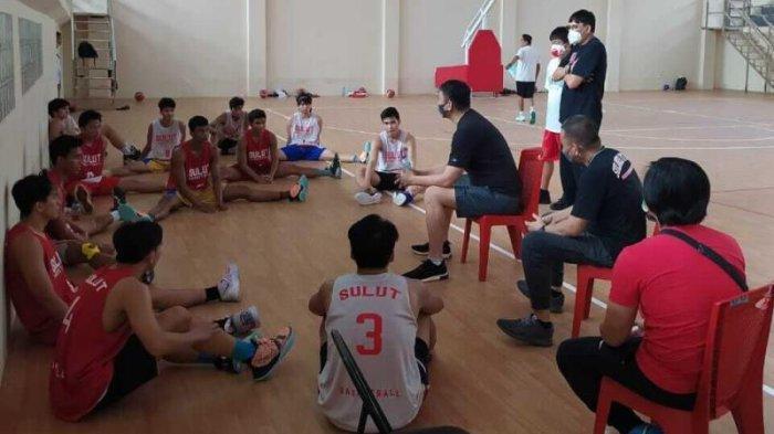 Tim Basket Sulut saat melakukan persiapan di Hall B GOR RW Monginsidi Sario Manado.