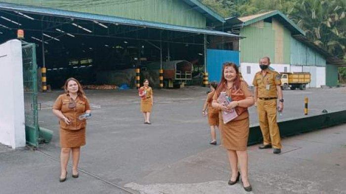 Tim dari Dinas PMPTSP Minsel saat melakukan pengawasan di pabrik cokelat di Tatapaan, Minsel.