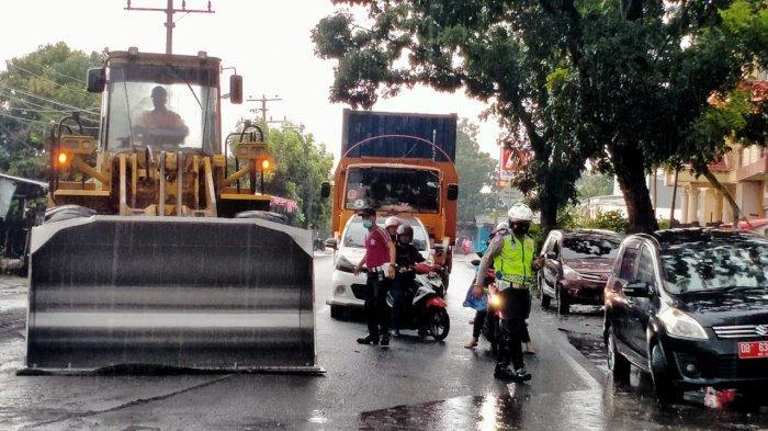 Tim Helm Kuning dan Satlantas Bitung Gotong Royong Turun ke Jalan