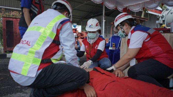 Tim medis pertamina regional Sulawesi sedang melakukan simulasi evakuasi dan perawatan kepada pekerja yang mengalami kelelahan saat memadamkan api