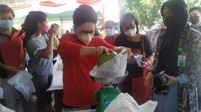 Jelang Lebaran, Rita Tamuntuan dan Devi Tanos Gelar Operasi Pasar Murah di Kantor Gubernur Sulut