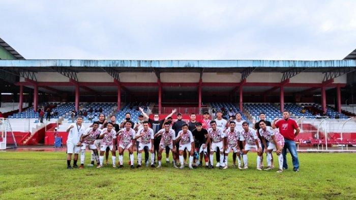 Tim Persmin Minahasa bersama Ketua  Rico Tampenawas dan official lainnya usai laga uji coba melawan Tim PON Papua di Stadion Klabat Manado, Kamis (15/07/2021) sore.
